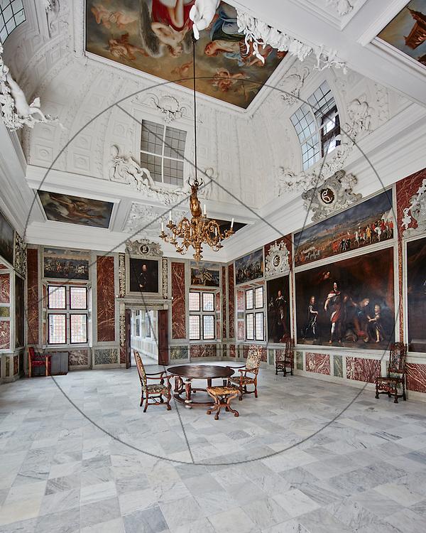 Frederiksborg Slot, klargjort efter restaurering, klar til indvielse, audienssal, marmorgulv, kongelig elevatorstol, stukloft, lysekrone, malerier