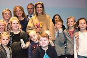 Koningin Maxima bij relatie evenement Villa Joep, het fonds tegen neuroblastoom kinderkanker in het Stedelijk Museum te Amsterdam<br /> <br /> Queen Maxima at Villa Joep event, the fund against childhood neuroblastoma in the Stedelijk Museum in Amsterdam.<br /> <br /> Op de foto / On the photo:  Patiëntjes en hun broertjes en zusjes gaan op de foto met Koningin Maxima en Leontine Steijn, oprichtster Villa Joep<br /> <br /> Patients and their siblings go on the picture with Queen Maxima and Leontine Steyn, founder Villa Joep