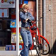 NLD/Laren/20050510 - Marleen Houter bellend met mobiele telefoon op straat