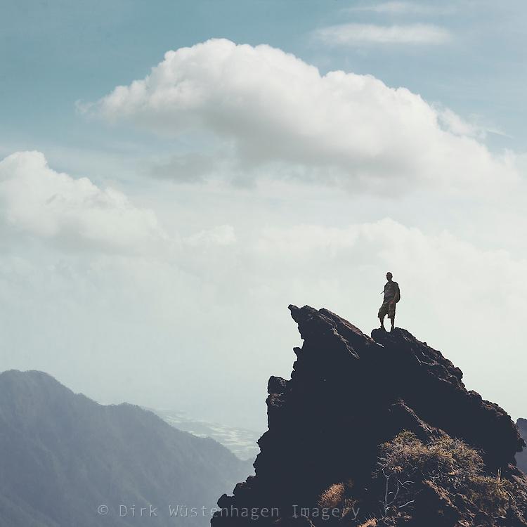 Mann auf Felsvorsprung, La Palma, Caldera de Taburiente, Kanaren, Spanien