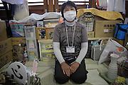 Onagawa - Yoko SUZUKI - Centre de réfugiés Undôjô sôgô taikukan - Juin 2011<br /> Yoko SUSUKI retrouve depuis peu une activité. Elle produit des vases ou autres objets décoratifs qu'elle offre à ces amis ou vend une somme modique. Elle produisait par passion avant le 11 mars, mais espère touver désormais un moyen de s'en sortir.