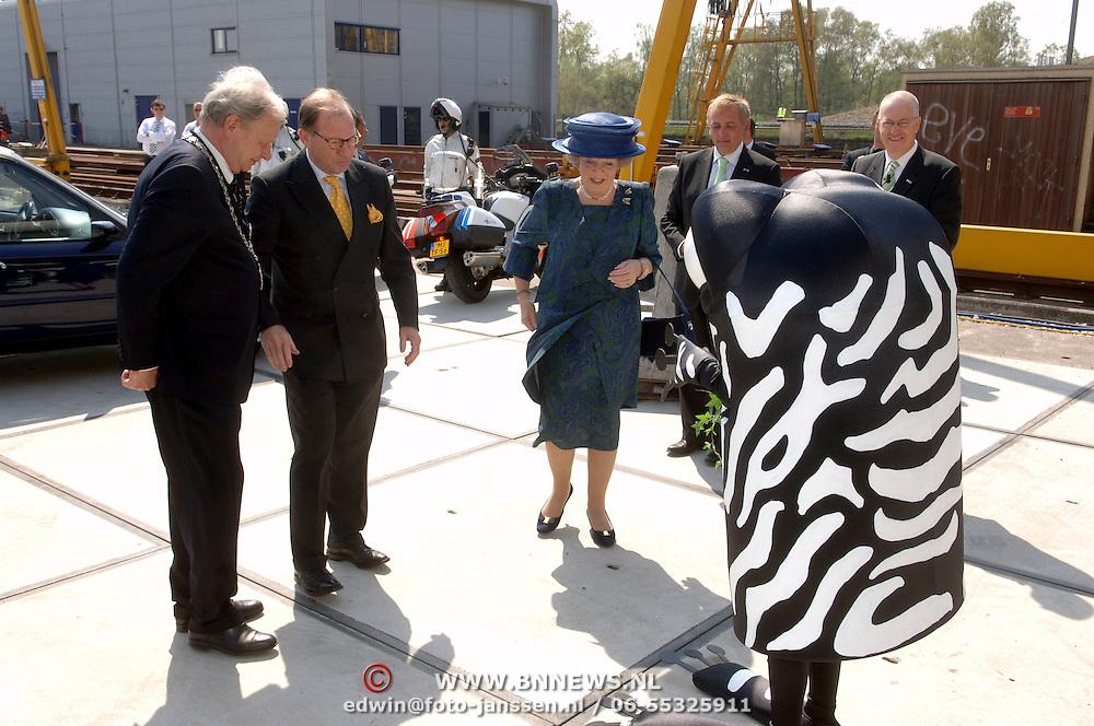 NLD/Hilversum/20060503 - HM Beatrix opent de langste natuurbrug ter wereld : Natuurbrug Zanderij Crailo in Hilversum, ontvangst door burgemeester Ernst Bakker en CvdK Mr. Harry C.J.L. Borghouts