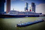 ROTTERDAM - Cruiseschip Queen Elizabeth arriveert bij de Kop van Zuid in Rotterdam. Het is voor het eerst sinds 2013 dat het schip van rederij Cunard terugkeert in de Maasstad.  COPYRIGHT ROBIN UTRECHT<br /> ROTTERDAM - Cruise ship Queen Elizabeth arrives at the Kop van Zuid in Rotterdam. It's been for the first time since 2013 that the ship of Cunard shipping company returns in the Maasstad. COPYRIGHT ROBIN UTRECHT