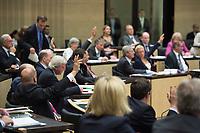 29 JUN 2012, BERLIN/GERMANY:<br /> Abstimmung im Bundesrat zum Fiskalpakt, zum dauerhaften Euro-Rettungsschirm ESM, zur ESM-Finanzierung und zur Aenderung des Vertrags über die Arbeitsweise der Europaeischen Union , Plenum, Bundesrat<br /> IMAGE: 20120629-02-046<br /> KEYWORDS: Fiskalpakt, dauerhafter Rettungsschirm EFSM, Fiskalvertrag, Einrichtung des Europäischen Stabilitätsmechanismus, Europäischen Stabilitätsmechanismus ESM-Finanzierungsgesetz ESMF, Stabilitaetsunion