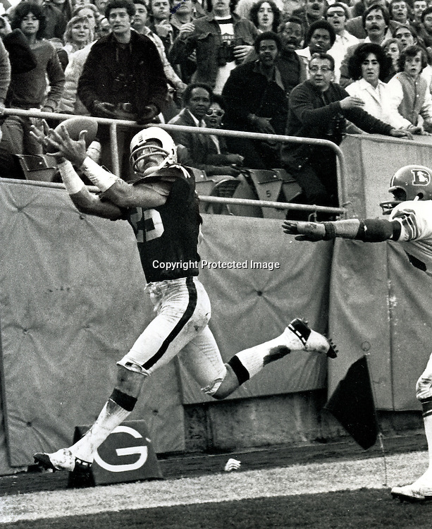 Raider receiver Fred Biletnikoff grabs a TD pass. 1969 he caught 12 touchdown passes..(copyright 1969 Ron Riesterer)