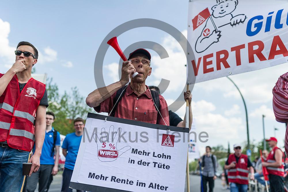 Ein Streikender bl&auml;st w&auml;hrend des Warnstreiks der IG Metall bei Mercedes am 11.05.2016 in Berlin, Deutschland in eine Tr&ouml;te. Die IG Metall fordert in dieser Tarifrunde f&uuml;nf Prozent mehr Entgelt bei einer Laufzeit von zw&ouml;lf Monaten. Foto: Markus Heine / heineimaging<br /> <br /> ------------------------------<br /> <br /> Ver&ouml;ffentlichung nur mit Fotografennennung, sowie gegen Honorar und Belegexemplar.<br /> <br /> Bankverbindung:<br /> IBAN: DE65660908000004437497<br /> BIC CODE: GENODE61BBB<br /> Badische Beamten Bank Karlsruhe<br /> <br /> USt-IdNr: DE291853306<br /> <br /> Please note:<br /> All rights reserved! Don't publish without copyright!<br /> <br /> Stand: 05.2016<br /> <br /> ------------------------------w&auml;hrend des Warnstreiks der IG Metall bei Mercedes am 11.05.2016 in Berlin, Deutschland. Die IG Metall fordert in dieser Tarifrunde f&uuml;nf Prozent mehr Entgelt bei einer Laufzeit von zw&ouml;lf Monaten. Foto: Markus Heine / heineimaging<br /> <br /> ------------------------------<br /> <br /> Ver&ouml;ffentlichung nur mit Fotografennennung, sowie gegen Honorar und Belegexemplar.<br /> <br /> Bankverbindung:<br /> IBAN: DE65660908000004437497<br /> BIC CODE: GENODE61BBB<br /> Badische Beamten Bank Karlsruhe<br /> <br /> USt-IdNr: DE291853306<br /> <br /> Please note:<br /> All rights reserved! Don't publish without copyright!<br /> <br /> Stand: 05.2016<br /> <br /> ------------------------------