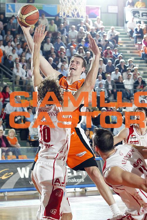 DESCRIZIONE : Udine Lega A1 2005-06 Snaidero Udine Armani Jeans Olimpia Milano <br /> GIOCATORE : Sekunda<br /> SQUADRA : Snaidero Udine <br /> EVENTO : Campionato Lega A1 2005-2006 <br /> GARA : Snaidero Udine Armani Jeans Olimpia Milano <br /> DATA : 23/04/2006 <br /> CATEGORIA : Tiro<br /> SPORT : Pallacanestro <br /> AUTORE : Agenzia Ciamillo-Castoria/E.Pozzo<br /> Galleria : Lega Basket A1 2005-2006 <br /> Fotonotizia : Udine Campionato Italiano Lega A1 2005-2006 Snaidero Udine Armani Jeans Olimpia Milano <br /> Predefinita :