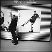 Publicité, Advertising, Handy, Mobile phone, foot, football,  affiche, coup de pied, Fusstritt, public places, street photography. © Romano P. Riedo