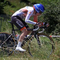 NEBBIUMO (ITA) wielrennen<br /> Anna van der Breggen heeft op de voorlaatste dag van de Giro Rosa de macht gegrepen in deze Italiaanse vrouwenronde. De Nederlands kampioene tijdrijden won de voorlaatste etappe, een tijdrit over geaccidenteerd terrein.De renster van Rabo-Liv wist 1 minuut 3 te veroveren op Megan Guarnier, die de leiding verloor en nu driekwart minuut achterstand heeft.  De Giro Rosa eindigt zondag.