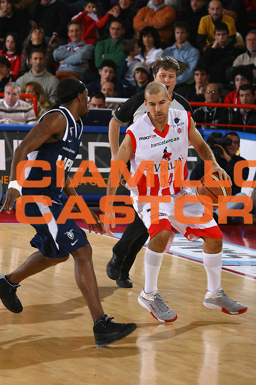 DESCRIZIONE : Teramo Lega A1 2007-08 Siviglia Wear Teramo Upim Fortitudo Bologna <br /> GIOCATORE : Marco Carra <br /> SQUADRA : Siviglia Wear Teramo <br /> EVENTO : Campionato Lega A1 2007-2008 <br /> GARA : Siviglia Wear Teramo Upim Fortitudo Bologna <br /> DATA : 05/01/2008 <br /> CATEGORIA : Palleggio <br /> SPORT : Pallacanestro <br /> AUTORE : Agenzia Ciamillo-Castoria/M.Carrelli