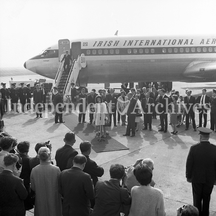 Jacqueline (Jackie) Kennedy's June 1967 visit to Ireland.<br /> At Shannon Airport.<br /> Jacqueline Kennedy making a speach, with her children Caroline and John standing behind her.<br /> (Part of the Independent Ireland Newspapers/NLI Collection)