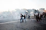 ROMA. MANIFESTANTI INDIGNATI IN PIAZZA SAN GIOVANNI CERCANO DI ALLONTANARE LE FORZE DELL'ORDINE;