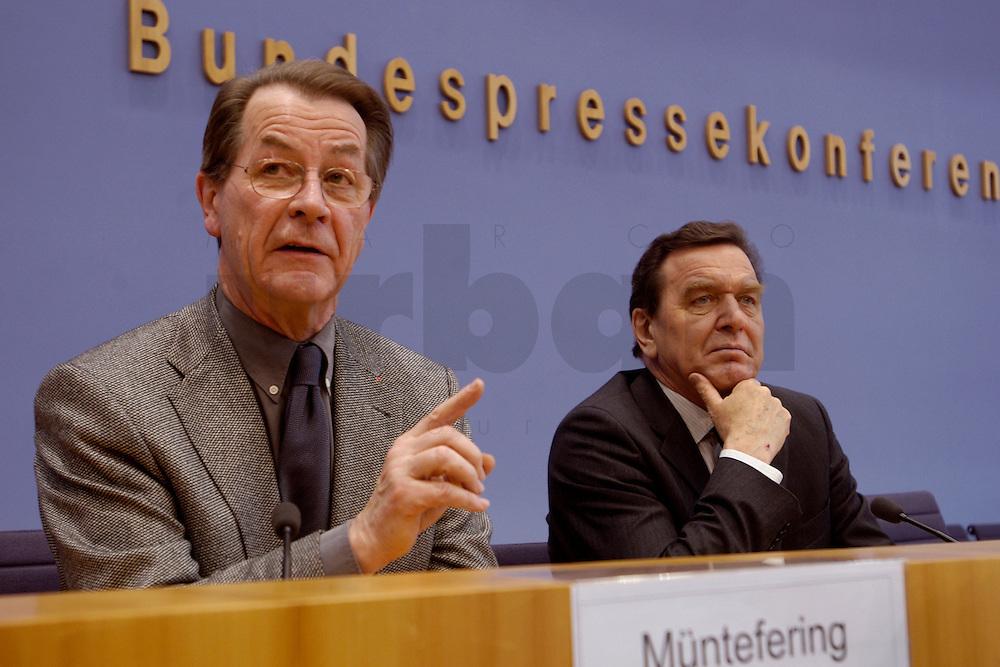 06 FEB 2004, BERLIN/GERMANY:<br /> Franz Muentefering (L), SPD Fraktionsvorsitzender, und Gerhard Schroeder (R), SPD, Bundeskanzler und SPD Parteivorsitzender, waehrend der Pressekonferenz zur Bekanntgabe von Schroeders Ruecktritt vom Parteivorsitz, Bundespressekonferenz<br /> IMAGE: 20040206-03-040<br /> KEYWORDS: Gerhard Schr&ouml;der, Franz M&uuml;ntefering, BPK, R&uuml;cktritt,