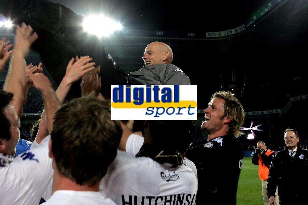 Fotball<br /> Danmark 2007<br /> Br&oslash;ndby v FC K&oslash;benhavn<br /> 09.05.2007<br /> Foto: Polfoto/Digitalsport<br /> NORWAY ONLY<br /> <br /> Tr&aelig;ner St&aring;le Solbakken blev fejret, efter FC K&oslash;benhavn blev danske mestre i fodbold onsdag aften. FCK besejrede Br&oslash;ndby med 1-0, og dermed ikke l&aelig;ngere kan indhentes i tabellen.