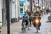 In Utrecht fietst een vrouw met een kind over de Amsterdamsestraatweg tegen de wind in.<br /> <br /> In Utrecht cyclists are riding against the wind.