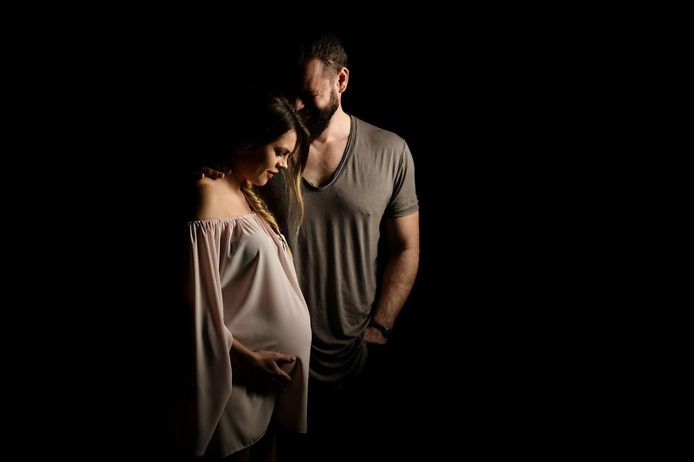 Iubesc fotografia, iubesc sa transform momentele acelea imperfect in emotii perfecte. Si iubesc sa lucrez cu lumina si oamenii din jurul meu. <br /> <br /> Pentru mine fotografia nu este despre cele mai scumpe sau noi camera. Pentru mine, chiar si astazi, raman valabile cuvintele lui Annabel Williams: <br /> <br /> &ldquo;Fotografia este 90% psihologie si 10% tehnica.&rdquo;