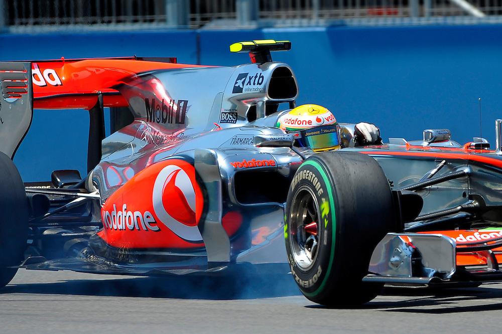 Lewis Hamilton apura una frenada durante la segunda manga de los entrenamientos oficiales en el Valencia Street Circuit en Valencia en junio del 2010