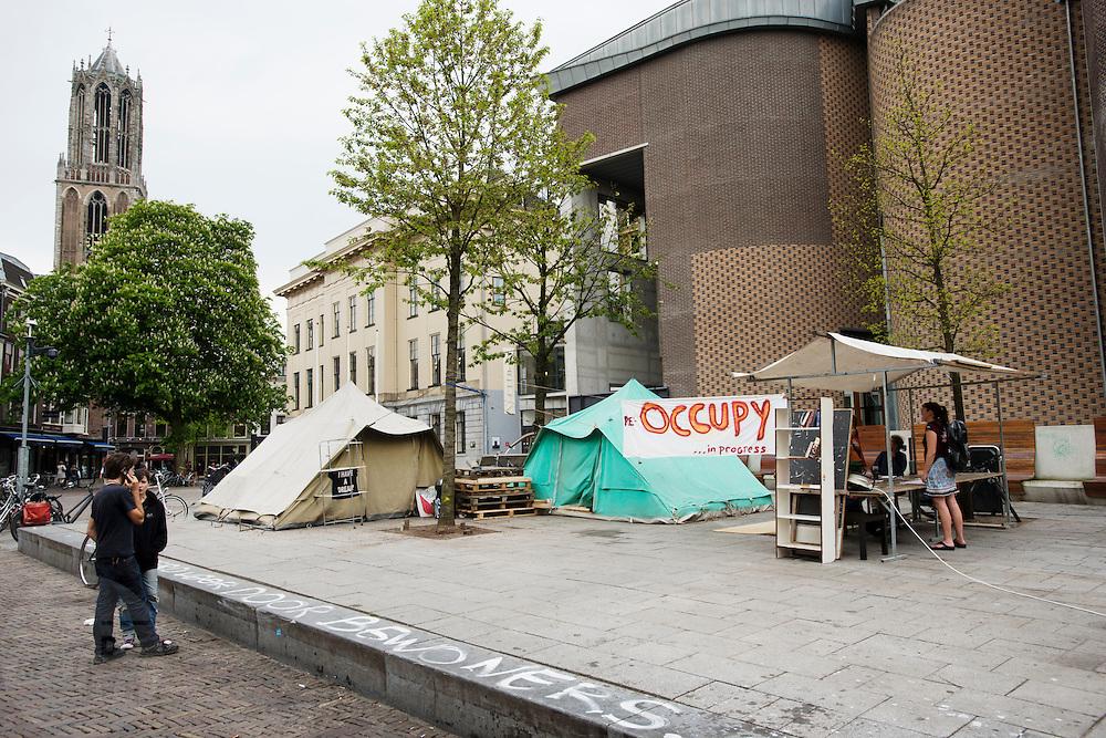 Nadat ze vanwege Koninginnedag weg moesten, heeft Occupy Utrecht haar kampement weer opgezet bij het stadhuis in Utrecht.<br /> <br /> After leaving for Queensday, Occupy Utrecht is putting its tents back on at the square in front of the town hall.