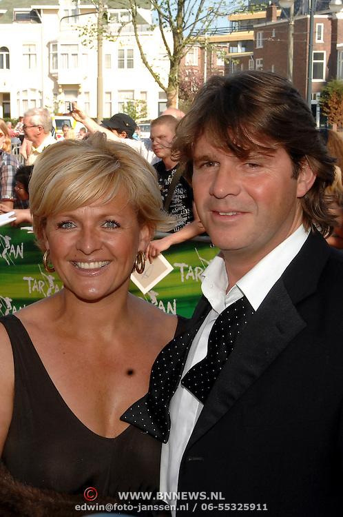 NLD/Scheveningen/20070415 - Premiere Tarzan, Caroline Tensen en partner Peter Gallas