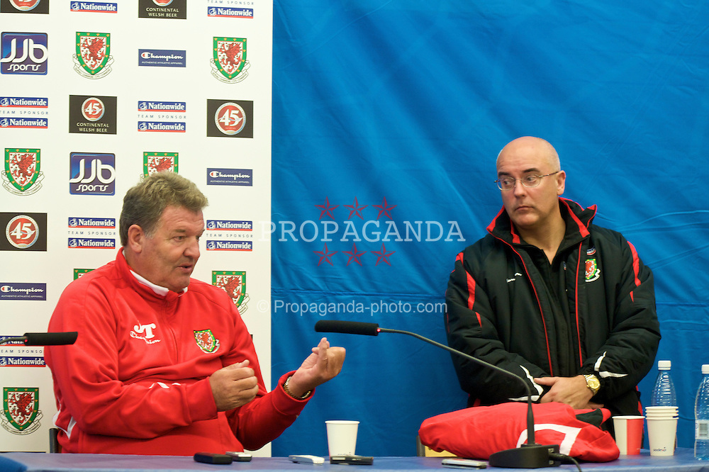 HELSINKI, FINLAND - Friday, October 9, 2009: Wales' manager John Toshack MBE and press officer Ceri Stennett during a press conference at the Helsinki Olympic Stadium ahead of the 2010 FIFA World Cup Qualifying Group 4 match against Finland. (Pic by David Rawcliffe/Propaganda)