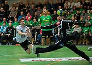 HÅNDBOLD: Lasse Uth (Nordsjælland) sender bolden forbi Frederik Andersson (TMS Ringsted) under kampen i Herre Håndbold Ligaen mellem TMS Ringsted og Nordsjælland Håndbold den 25. februar 2019 i Ringsted Sportscenter. Foto: Claus Birch.