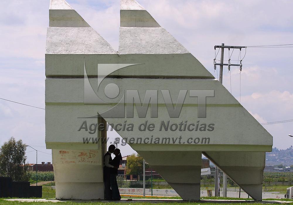 Toluca, M&eacute;x.- Jurandose amor eterno bajo el cobijo de un monumento en el centro cultural mexiquense. Agencia MVT / Mario V&aacute;zquez de la Torre. (DIGITAL)<br /> <br /> NO ARCHIVAR - NO ARCHIVE