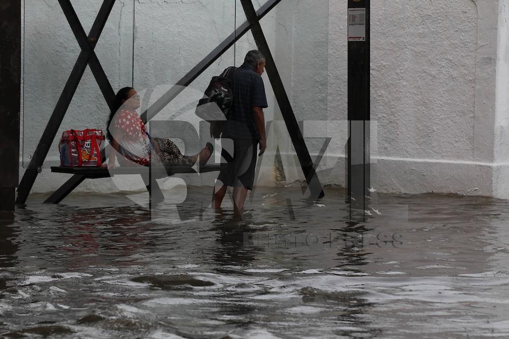SÃO PAULO,SP, 07.01.2017 - CLIMA-SP - Ponto de alagamento na avenida Zachi Narchi em Santana na região norte de São Paulo neste sábado, 07. (Foto: Luiz Guarnieri/Brazil Photo Press)