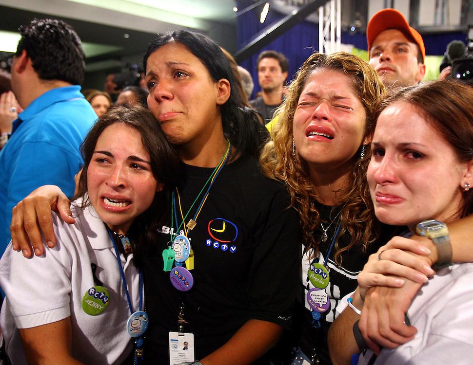 Artistas y periodistas de Radio Caracas Television (RCTV), se lamentan durante el ultimo dia de transmision de este canal venezolano. Caracas, 28-05-2007. (Ivan Gonzalez)