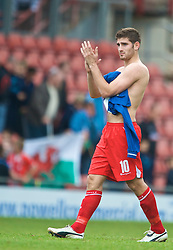 WREXHAM, WALES - Saturday, October 10, 2009: Wales' Ched Evans applauds the fans after the UEFA Under-21 Championship Qualifying Round Group 3 match against Bosnia-Herzegovina at the Racecourse Ground. (Pic by Chris Brunskill/Propaganda)
