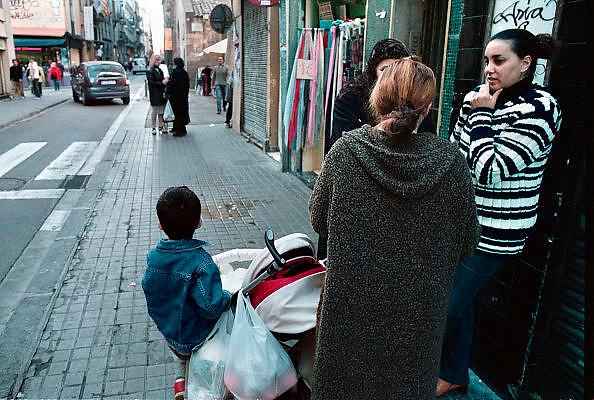 Spanje, Barcelona, 10-1-2004..Straatbeeld in het centrum. Allochtone vrouwen maken een praatje. stadsleven...Foto: Flip Franssen