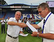 30-08-2008 VOETBAL:AUDAX JEUGDTOERNOOI 2008:TILBURG<br /> Er wordt afscheid genomen van de scheidsrechter die al jaren bij Willem II fluit<br /> Foto: Geert van Erven