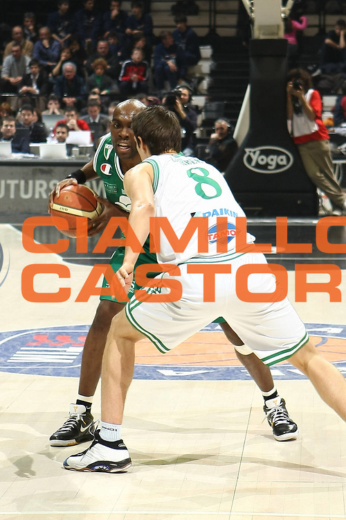 DESCRIZIONE : Bologna Final Eight 2009 Semifinale Montepaschi Siena Benetton Treviso<br /> GIOCATORE : Henry Domercant<br /> SQUADRA : Montepaschi Siena<br /> EVENTO : Tim Cup Basket Coppa Italia Final Eight 2009 <br /> GARA : Montepaschi Siena Benetton Treviso<br /> DATA : 21/02/2009 <br /> CATEGORIA : <br /> SPORT : Pallacanestro <br /> AUTORE : Agenzia Ciamillo-Castoria/C.De Massis