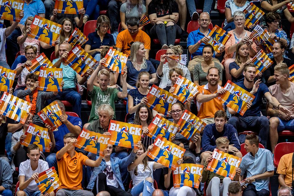 18-08-2017 NED: Oefeninterland Nederland - Italië, Doetinchem<br /> De Nederlandse volleybal mannen spelen hun eerste oefeninterland van twee in SaZa topsporthal tegen Italie als laatste voorbereiding op het EK in Polen. Nederland verliest met 3-0 / Oranje support sfeer block