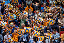 18-08-2017 NED: Oefeninterland Nederland - Itali&euml;, Doetinchem<br /> De Nederlandse volleybal mannen spelen hun eerste oefeninterland van twee in SaZa topsporthal tegen Italie als laatste voorbereiding op het EK in Polen. Nederland verliest met 3-0 / Oranje support sfeer block