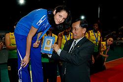23-08-2009 VOLLEYBAL: WGP FINALS CEREMONY: TOKYO <br /> Brazilie wint de World Grand Prix 2009 / Tatiana Kosheleva en Sanrit Wongprasert<br /> ©2009-WWW.FOTOHOOGENDOORN.NL