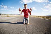 Het Human Power Team Delft en Amsterdam is onderweg naar Battle Mountain. In Battle Mountain (Nevada) wordt ieder jaar de World Human Powered Speed Challenge gehouden. Tijdens deze wedstrijd wordt geprobeerd zo hard mogelijk te fietsen op pure menskracht. Ze halen snelheden tot 133 km/h. De deelnemers bestaan zowel uit teams van universiteiten als uit hobbyisten. Met de gestroomlijnde fietsen willen ze laten zien wat mogelijk is met menskracht. De speciale ligfietsen kunnen gezien worden als de Formule 1 van het fietsen. De kennis die wordt opgedaan wordt ook gebruikt om duurzaam vervoer verder te ontwikkelen.<br /> <br /> In Battle Mountain (Nevada) each year the World Human Powered Speed Challenge is held. During this race they try to ride on pure manpower as hard as possible. Speeds up to 133 km/h are reached. The participants consist of both teams from universities and from hobbyists. With the sleek bikes they want to show what is possible with human power. The special recumbent bicycles can be seen as the Formula 1 of the bicycle. The knowledge gained is also used to develop sustainable transport.