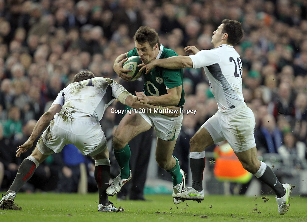 Tommy Bowe of Ireland goes between Mark Cueto (left) and Danny Care of England. Ireland v England, RBS 6 Nations Championship, Aviva Stadium, Dublin, Rugby Union, 19/03/2011 © Matthew Impey/Wiredphotos.co.uk. tel: 07789 130 347 email: matt@wiredphotos.co.uk