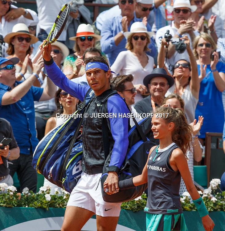 RAFAEL NADAL (ESP) kommt mit einem Ballmaedchen auf den Platz,Finale,Endspiel,<br /> <br /> Tennis - French Open 2017 - Grand Slam / ATP / WTA / ITF -  Roland Garros - Paris -  - France  - 11 June 2017.