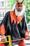 26-06-2015: Grande opening Hotel Heroique: Utrecht<br /> <br /> Dieter &quot;Didi&quot; Senft (Reichenwalde, 7 februari 1952), beter bekend als El Diablo. Een Duits persoon die bekendstaat om zijn verschijning als duivel in de Tour de France.<br /> <br /> Een grote tentoonstelling in het oude postkantoor aan de Neude, met werk van Utrechtse en buitenlandse schilders, kunstenaar Ruud Kuijer en een aantal bekende Nederlandse Tour fotografen.<br /> <br /> Het idee kwam van Jeroen Wielaert. De ras Utrechter werkt sinds 1986 als verslaggever in de Tour. Hij kent het nomadische leven van de ronde zeer goed. Het is altijd verhuizen naar andere steden, met elke keer een ander hotel elke keer met andere decoraties. De tentoonstelling toont het verhaal van die tocht, de helden, wat ze ervaren en tegenkomen.