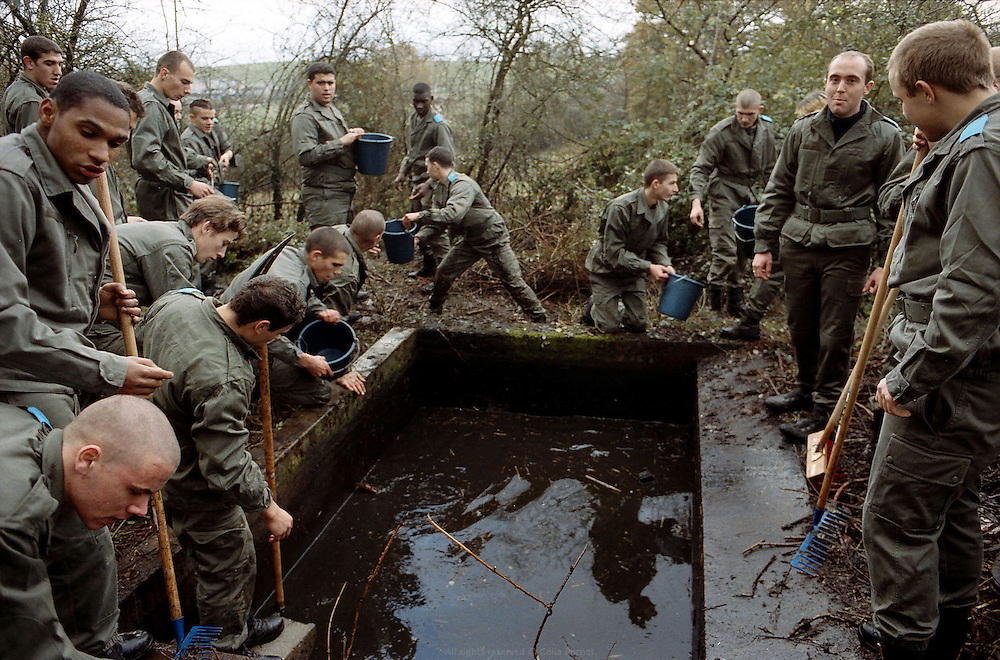 Le groupe du centre d'insertion va nettoyer la source et le lavoir d'un fermier voisin. Centre d'insertion de Velet, Bourgogne, novembre 2005.<br />