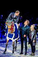AMSTERDAM - Prinses Margarita met Gerard Joling Winnaar Springruiter Marc Houtzager  tijdens de Grote Prijs van Amsterdam op het paardenevenement Jumping Amsterdam. ANP ROBIN UTRECHT