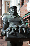 Denkmal am Fischmarkt, Altona, Hamburger Hafen, Hamburg, Deutschland.|.sculpture on Fisch Markt, Altona, port, Hamburg, Germany