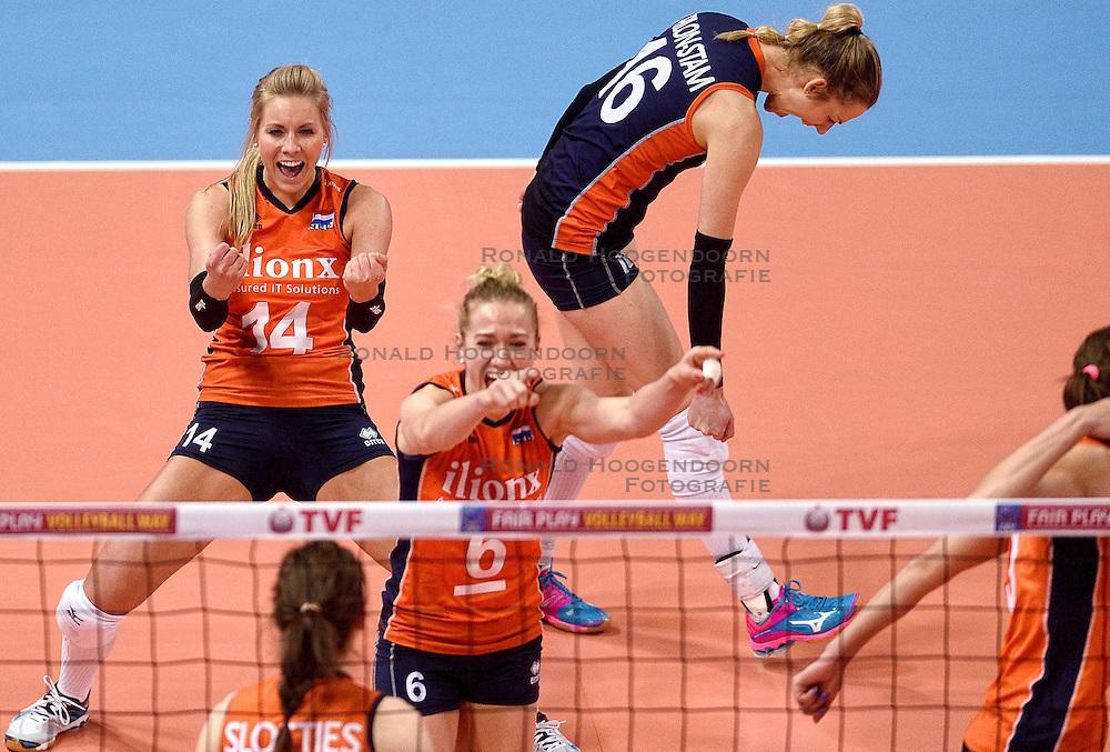 08-01-2016 TUR: European Olympic Qualification Tournament Nederland - Italie, Ankara<br /> De volleybaldames hebben op overtuigende wijze de finale van het olympisch kwalificatietoernooi in Ankara bereikt. Itali&euml; werd in de halve finales met 3-0 (25-23, 25-21, 25-19) aan de kant gezet / Vreugde bij Nederland met Laura Dijkema #14, Debby Stam-Pilon #16, Maret Balkestein-Grothues #6