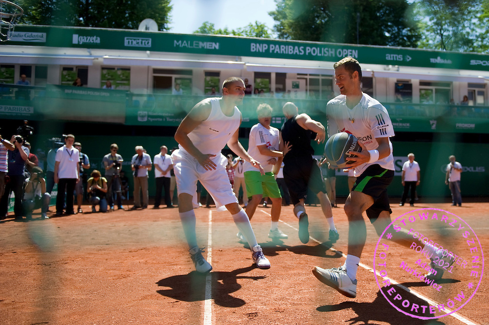 (L) FILIP KENIG & (R) MARIUSZ FYRSTENBERG WHILE EXHIBITION BAKETBALL MATCH DURING DAY 5 OF THE MEN'S SINGLES TOURNAMENT BNP PARIBAS POLISH OPEN AT TENNIS CLUB IN SOPOT, POLAND...POLAND, SOPOT , JULY 15, 2011..( PHOTO BY ADAM NURKIEWICZ / MEDIASPORT )..PICTURE ALSO AVAIBLE IN RAW OR TIFF FORMAT ON SPECIAL REQUEST.