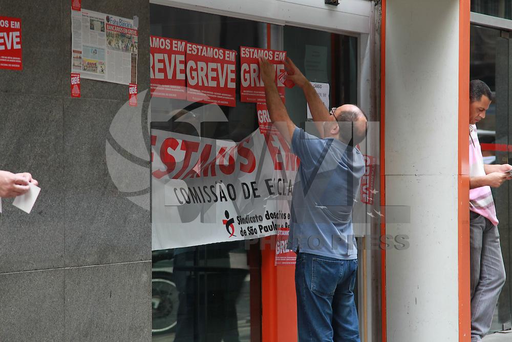 SAO PAULO, SP, 30-09-2014, GREVE BANCARIOS. As agencias da região central de São Paulo, amanheceram fechadas, faixas e adesivos foram colocados nas portas, algumas com açãos dos grevistas. Caixas eletronicos também não estão funcionando em alguns bancos, nas fotos agencias da Rua Boa Vista e Rua Libero Badaro.          Luiz Guarnieri/ Brazil Photo Press.