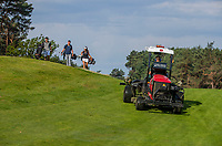 NUNSPEET -  greenkeeper met golfers, Golf op Rijk van Nunspeet.   COPYRIGHT KOEN SUYK