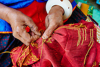 Inde, Gujarat, Kutch, village de Dhrang, population Ahir, travail de broderie // India, Gujarat, Kutch, Dhrang village, Ahir ethnic group, embroidery