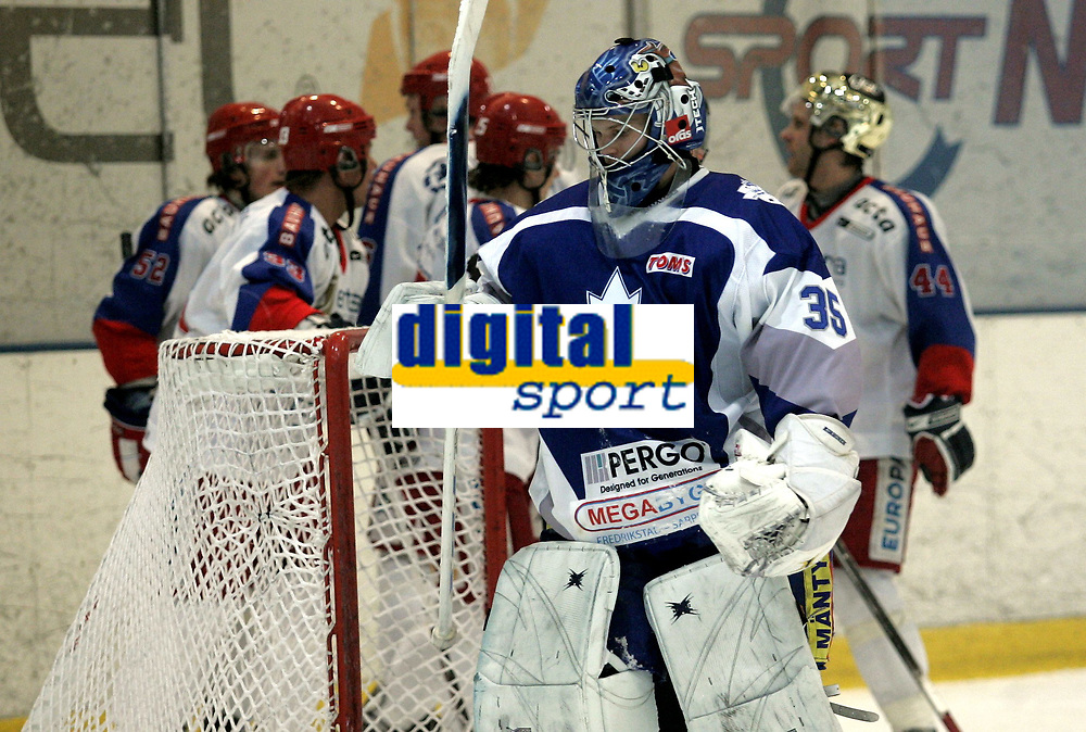 Ishockey<br /> GET-Ligaen<br /> 20.12.07<br /> Furuset Forum<br /> Furuset - V&aring;lerenga VIF<br /> FIFs keeper Miakel Vuorio fortviler mens V&aring;lerenga jubler for Anders Fredriksen s 1-3 scoring i bakgrunnen<br /> Foto - Kasper Wikestad