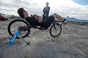 Sebastiaan Bowier praat met zijn trainer Jelle de Jong op de zesde en laatste racedag van de WHPSC. In Battle Mountain (Nevada) wordt ieder jaar de World Human Powered Speed Challenge gehouden. Tijdens deze wedstrijd wordt geprobeerd zo hard mogelijk te fietsen op pure menskracht. Ze halen snelheden tot 133 km/h. De deelnemers bestaan zowel uit teams van universiteiten als uit hobbyisten. Met de gestroomlijnde fietsen willen ze laten zien wat mogelijk is met menskracht. De speciale ligfietsen kunnen gezien worden als de Formule 1 van het fietsen. De kennis die wordt opgedaan wordt ook gebruikt om duurzaam vervoer verder te ontwikkelen.<br /> <br /> Sebastiaan Bowier talks with his trainer Jelle de Jong on the sixth and last racing day of the WHPSC. In Battle Mountain (Nevada) each year the World Human Powered Speed ​​Challenge is held. During this race they try to ride on pure manpower as hard as possible. Speeds up to 133 km/h are reached. The participants consist of both teams from universities and from hobbyists. With the sleek bikes they want to show what is possible with human power. The special recumbent bicycles can be seen as the Formula 1 of the bicycle. The knowledge gained is also used to develop sustainable transport.