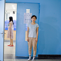 BEIJING, 30. Juni, 2012  : Li Jiatong, eine junge Studentin aus Xinjiang, die an einer Vorpruefung fuer ein Studium in Deutschland teilnimmt,  waehrend einer Pause.